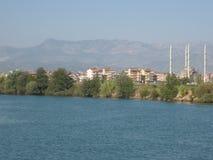 Paisaje turco: mezquita, río y montañas Imagen de archivo