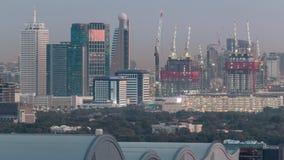 Paisaje urbano aéreo con la arquitectura de la noche céntrica de Dubai al timelapse del día, United Arab Emirates almacen de metraje de vídeo