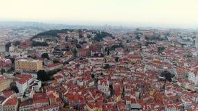 Paisaje urbano aéreo de la cantidad de Lisboa en día nublado almacen de video