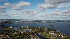 Paisaje urbano aéreo de la laguna y de la isla finlandesas del mar Báltico de Helsinki almacen de metraje de vídeo