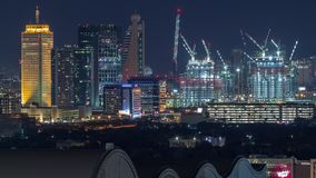 Paisaje urbano aéreo de la noche con la arquitectura iluminada del timelapse céntrico de Dubai, United Arab Emirates metrajes