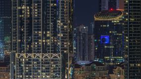 Paisaje urbano aéreo de la noche con la arquitectura iluminada del timelapse céntrico de Dubai, United Arab Emirates almacen de video