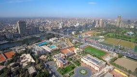 Paisaje urbano aéreo de la parte moderna de El Cairo almacen de metraje de vídeo