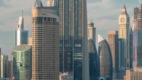 Paisaje urbano aéreo de la puesta del sol con la arquitectura del timelapse céntrico de Dubai, United Arab Emirates almacen de video