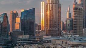 Paisaje urbano aéreo de la puesta del sol con la arquitectura del timelapse céntrico de Dubai, United Arab Emirates almacen de metraje de vídeo