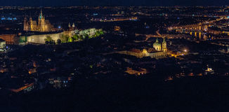 Paisaje urbano aéreo de Praga por noche Foto de archivo libre de regalías