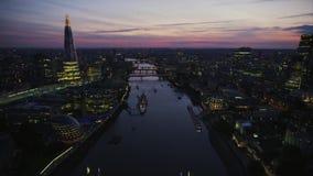 Paisaje urbano aéreo del panorama del abejón de la noche de las luces brillantes céntricas de Londres en el río Támesis almacen de metraje de vídeo