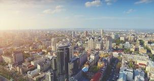 Paisaje urbano aéreo del vuelo del abejón de la ciudad central vieja metrajes