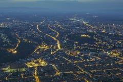 Paisaje urbano aéreo de la noche de Brasov Foto de archivo libre de regalías