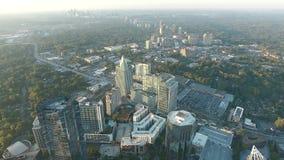 Paisaje urbano asombroso del horizonte céntrico de Atlanta en puesta del sol de la tarde en vuelo aéreo del abejón del panorama d metrajes