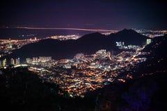 Paisaje urbano asombroso Penang céntrico en la noche, desde arriba de la opinión sobre rascacielos, iluminación de la demostració Fotografía de archivo libre de regalías