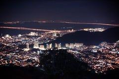 Paisaje urbano asombroso Penang céntrico en la noche, desde arriba de la opinión sobre rascacielos, iluminación de la demostració Fotografía de archivo