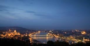 Paisaje urbano azul de la hora sobre Budapest, Hungría fotos de archivo