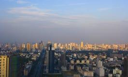 Paisaje urbano bajo puesta del sol fotografía de archivo libre de regalías