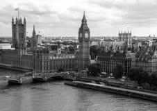 Paisaje urbano blanco y negro de Londres con las casas del parlamento, de Big Ben y de la abadía de Westminster Foto de archivo libre de regalías