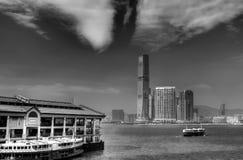 Paisaje urbano blanco y negro del puerto de Victoria Imagen de archivo libre de regalías
