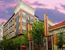 Paisaje urbano céntrico de Anaheim que ofrece el Muzeo con el cielo dinámico en fondo imágenes de archivo libres de regalías