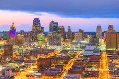 Paisaje urbano céntrico de Kansas City, Missouri, los E.E.U.U. en el crepúsculo imagen de archivo