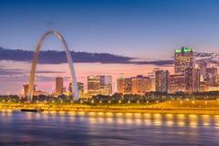 Paisaje urbano céntrico de St. Louis, Missouri, los E.E.U.U. en el río Misisipi foto de archivo