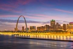 Paisaje urbano c?ntrico de St. Louis, Missouri, los E.E.U.U. en el r?o Misisipi imagen de archivo libre de regalías