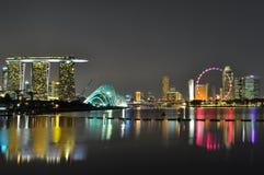 Paisaje urbano colorido en la bahía del puerto deportivo, Singapur Foto de archivo