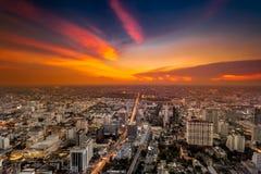 Paisaje urbano colorido en luz de la puesta del sol bangkok Foto de archivo libre de regalías
