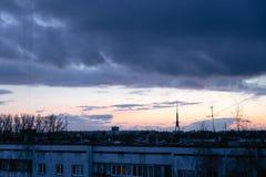 Paisaje urbano con amanecer vivo varicolored maravilloso Cielo azul dramático que sorprende con las nubes púrpuras y violetas sob fotos de archivo
