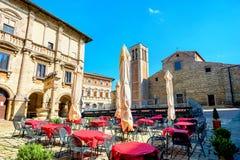 Paisaje urbano con el café y la vista del Duomo en Piazza Grande en Montep Foto de archivo
