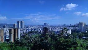 Paisaje urbano con el cielo azul Foto de archivo libre de regalías