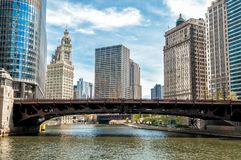 Paisaje urbano con el edificio de Wrigley y el puente de la avenida de Wabash del río Chicago, Illinois fotos de archivo libres de regalías
