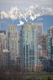 Paisaje urbano con el fondo de la montaña Imagen de archivo libre de regalías