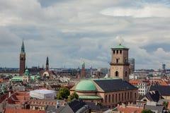 Paisaje urbano con la iglesia de nuestra señora y corte Hous fotografía de archivo
