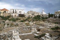 Paisaje urbano con la mezquita y ruinas con el cloudscape dramático en el neumático, amargo, Líbano Foto de archivo libre de regalías