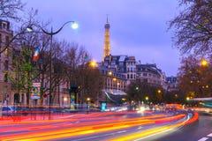 Paisaje urbano con la torre Eiffel brillante y Fotos de archivo