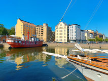 Paisaje urbano con las construcciones y el restaurante de viviendas en el centro Hels Imagen de archivo libre de regalías