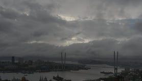Paisaje urbano con las nubes oscuras fotografía de archivo libre de regalías
