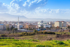 Paisaje urbano con los edificios modernos Ciudad de Esmirna, Turquía Imagen de archivo