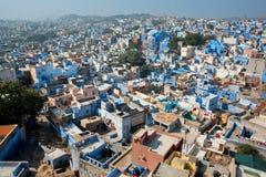 Paisaje urbano con muchas casas indias coloridas en el estado de Rajasthán Foto de archivo