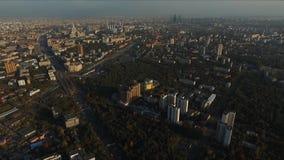 Paisaje urbano con tráfico en el día soleado del otoño Silueta del hombre de negocios Cowering almacen de metraje de vídeo