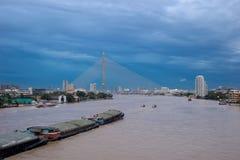 Paisaje urbano con travesía del río en Bangkok, Tailandia imagen de archivo