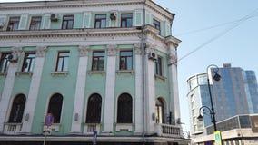 Paisaje urbano con una calle muy transitada y una arquitectura antigua