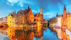 Paisaje urbano con una torre Belfort de Rozenhoedkaai en Brujas en s Imagen de archivo libre de regalías