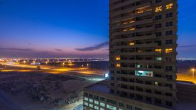 Paisaje urbano de Ajman a partir del día del tejado al timelapse de la noche Ajman es el capital del emirato de Ajman en los Unit foto de archivo libre de regalías