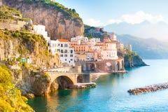 Paisaje urbano de Amalfi en la línea de la costa de mar Mediterráneo, Italia fotografía de archivo