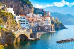 Paisaje urbano de Amalfi en la línea de la costa de mar Mediterráneo, Italia fotos de archivo