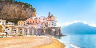 Paisaje urbano de Amalfi en la línea de la costa de mar Mediterráneo, Italia imagen de archivo libre de regalías