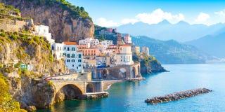 Paisaje urbano de Amalfi en la línea de la costa de mar Mediterráneo, Italia imágenes de archivo libres de regalías
