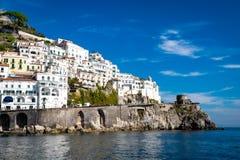 Paisaje urbano de Amalfi en la línea de la costa de mar Mediterráneo, Italia fotografía de archivo libre de regalías