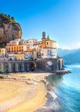 Paisaje urbano de Amalfi en la l?nea de la costa de mar Mediterr?neo, Italia foto de archivo libre de regalías