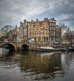 Paisaje urbano de Amsterdam, casas holandesas tradicionales y canales Imagen de archivo libre de regalías